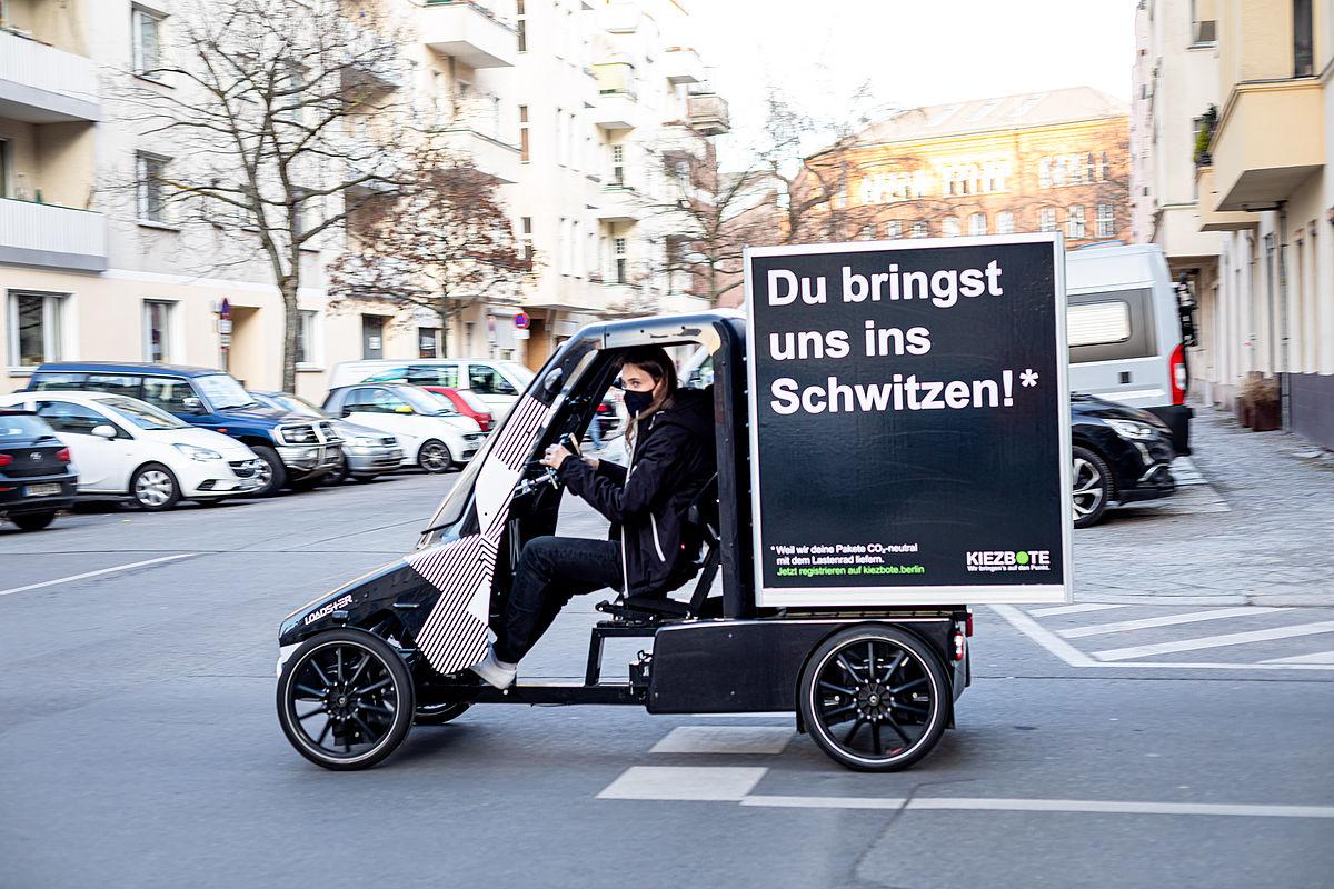 Der Kiezbote liefert umweltfreundlich mit dem Lastenrad © BUND/Jörg Farys