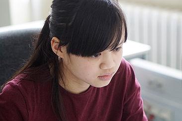 Schülerin am Computer