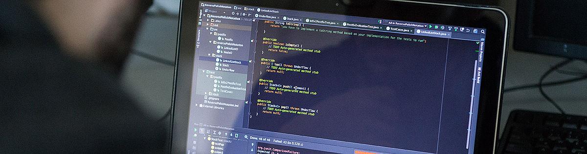 Laptopmonitor mit Programmiercode