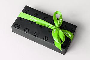 Geschenkkarton mit Schleife im HTW-Design