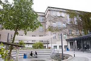 Zwei Studierende im Innenhof auf dem Campus Treskowallee