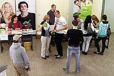 Menschen im Gespräch bei der Veranstaltunge Einblicke