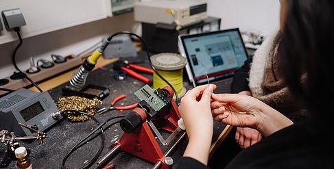Zwei Studentinnen sitzen im Labor und experimentieren