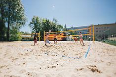 Studierende spielen auf dem Beachvolleyballfeld © HTW Berlin/Alexander Rentsch