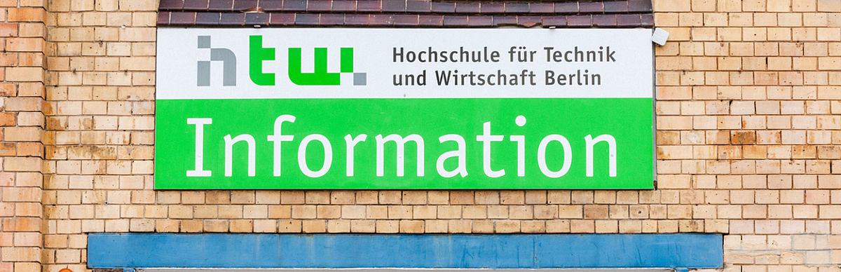 Informatinonsschild über dem Eingang zum Servicepoint Campus Wilhelminenhof