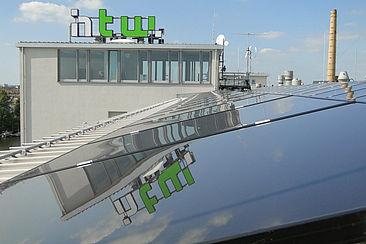 Solarzellen auf Gebäude G auf dem Campus Wilhelminenhof