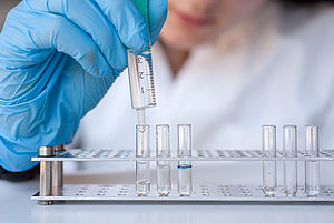 Bei der Veranstaltung führen die Teilnehmerinnen auch Experimente in einem Labor durch