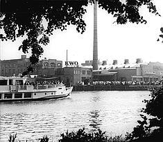 Blick auf das Kabelwerk Oberspree vom anderen Spreeufer aus, Foto von 1969 © Bundesarchiv/Peter Heinz Junge