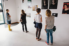 Vier Frauen gucken sich Bilder an