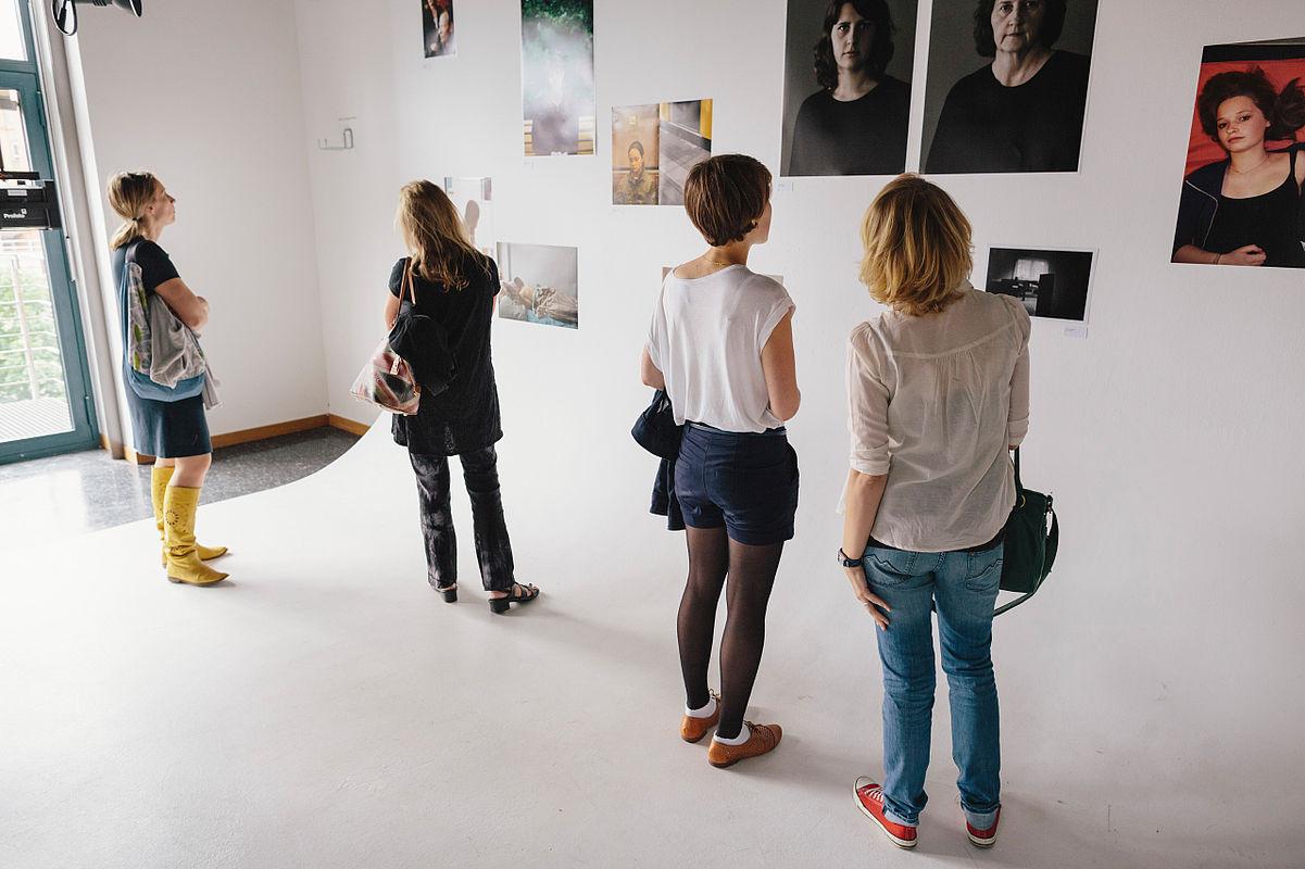 Besucherinnen schauen sich eine Ausstellung an