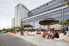 Standbar vor Gebäude G © HTW Berlin/Alexander Rentsch