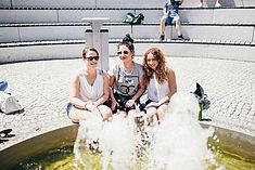 Drei Studentinnen halten ihre Füße in den Springbrunnen auf dem Innenhof © HTW Berlin/Alexander Rentsch
