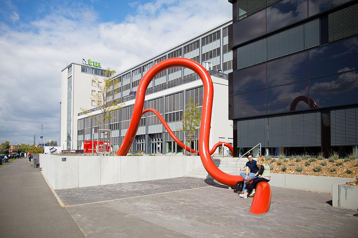 Kunst am Bau, im Hintergrund die Gebäude G und H