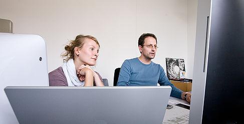 Eine Frau und ein Mann arbeiten an einem Computer
