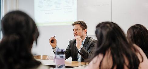 Dozent in einem Seminar