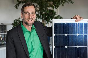 Volker Quaschning mit Solarzellen