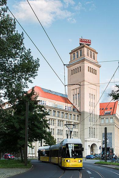 Straßenbahn, im Hintergrund das Peter-Behrens-Haus