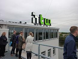 Auf der Dachterrasse mit Blick auf das HTW-Logo am Campus Wilhelminenhof