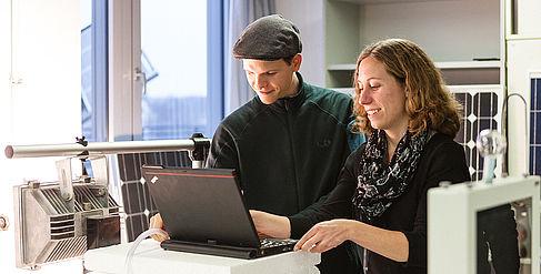 Ein Mann und eine Frau am Laptop im Labor © HTW Berlin/Nina Zimmermann