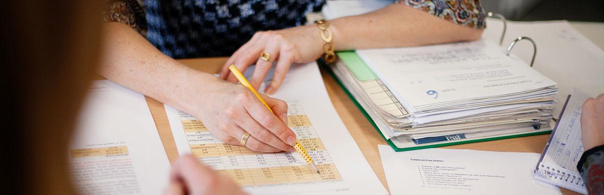 Eine Professorin füllt einen Evaluationsbogen aus