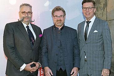 Gruppenbild von links nach rechts: MfN-Geschäftsführer Stephan Junker, HTW-Präsident Carsten Busch, MfN-Generaldirektor Johannes Vogel