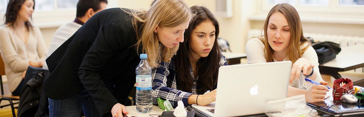 Drei Studentinnen am Laptop