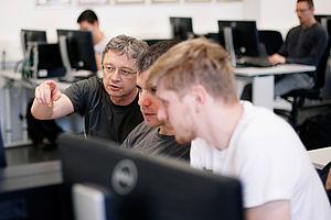 Professor und Schüler am PC