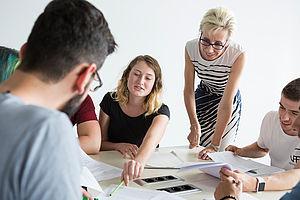 Eine Professorin mit Studierenden im Unterricht
