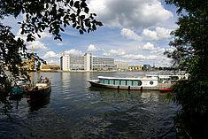 Blick auf Gebäude H vom anderen Spreeufer aus © HTW Berlin/Thomas Kemnitz