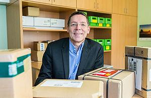 Prof. Dr. Stephan Seeck mit Päckchen © HTW Berlin / Adina Herde