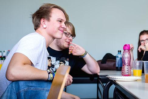 Zwei Studierende beim Brunch