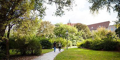 Zwei Studierende gehen auf dem Campus Treskowallee entlang