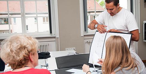 Ein Schüler präsentiert in der Studienberatung seine Unterlagen