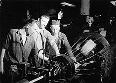 Arbeiter im Kabelwerk Oberspree, Foto von ca. 1959 © Bundesarchiv