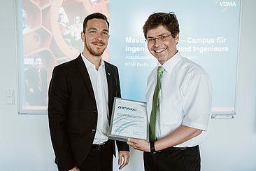 Michael Patrick Zeiner vom VDMA überreicht Prof. Dr. Roland Heiler das Maschinenhaus-Zertifikat