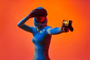 Weiblicher Avatar mit VR-Brille und Controller in der Hand