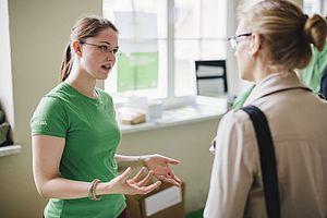 Studentin im Gespräch mit einer Studieninteressierten