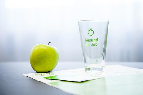 Apfel und Glas