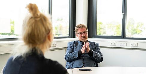 Eine Journalistin interviewt Carsten Busch, Präsident der HTW Berlin