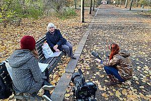 Zwei Studentinnen interviewen Irmela Mensah-Schramm im Tiergarten