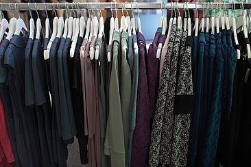Kleidung an einer Stange