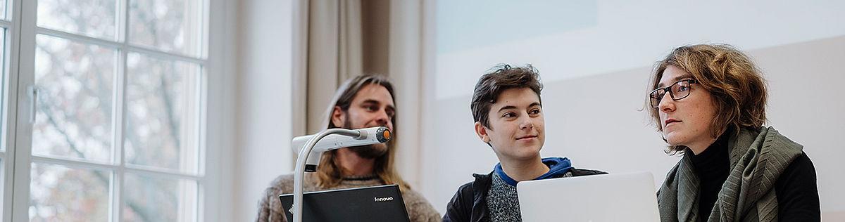 Studierende bei einer Präsentation