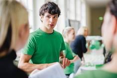 Student im Gespräch mit zwei Interessierten