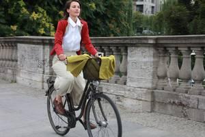 Modisch gekleidete Fahrradfahrerin