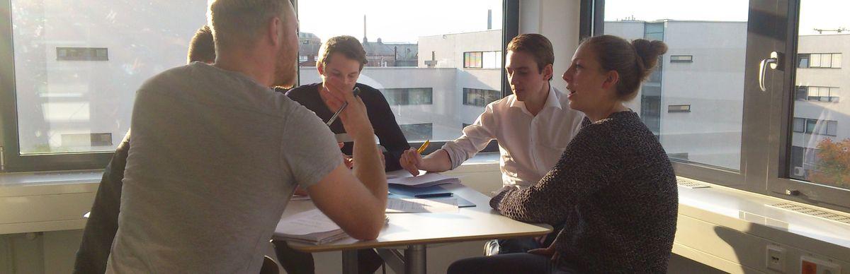 Eine Gruppe von jungen Existenzgründerinnen und -gründern sitzen an einem Tisch in einem Büro © HTW Berlin