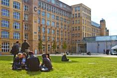 Studierende auf der Wiese im Innenhof, im Hintergrund Gebäude C © HTW Berlin/Friederike Coenen