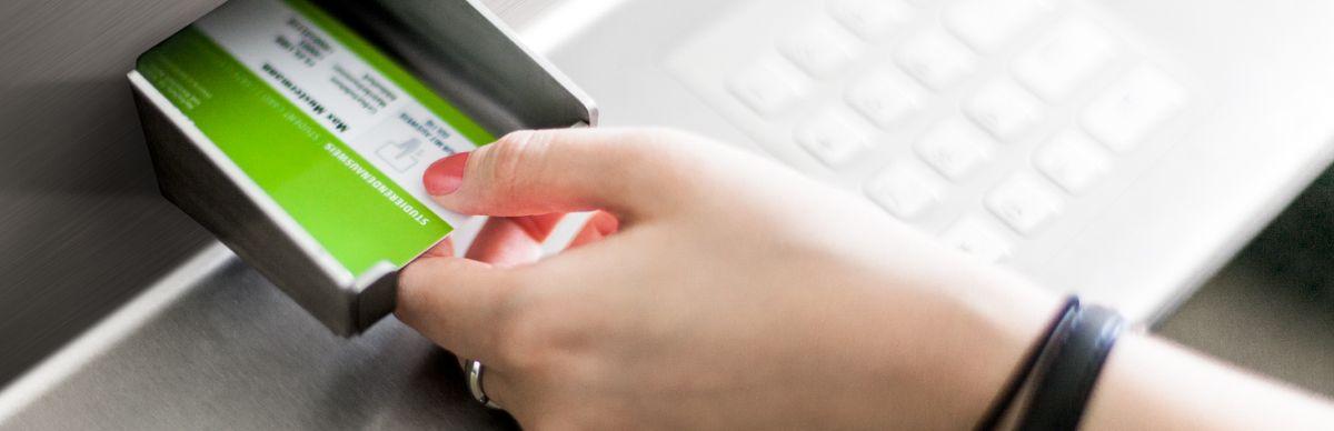 StudentCard wird in einen Automaten gesteckt