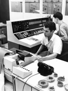 Zwei Mitarbeiter im Hochschulrechenzentrum der Hochschule für Ökonomie, Foto von 1962 © Bundesarchiv/Eckard Grieshammer