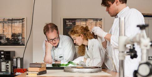 Forscherteam beim Restaurieren eines Films