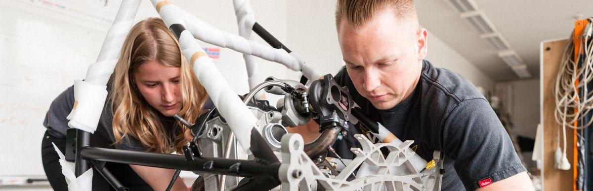 Zwei Studierende vom HTW-Motorsport bauen einen Boliden zusammen